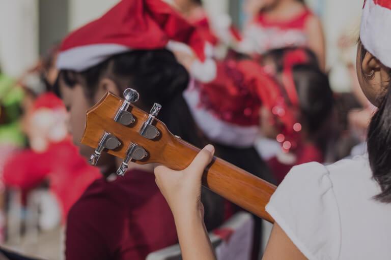 Momclone-kids-playing-music-holiday-musical-performance-768x