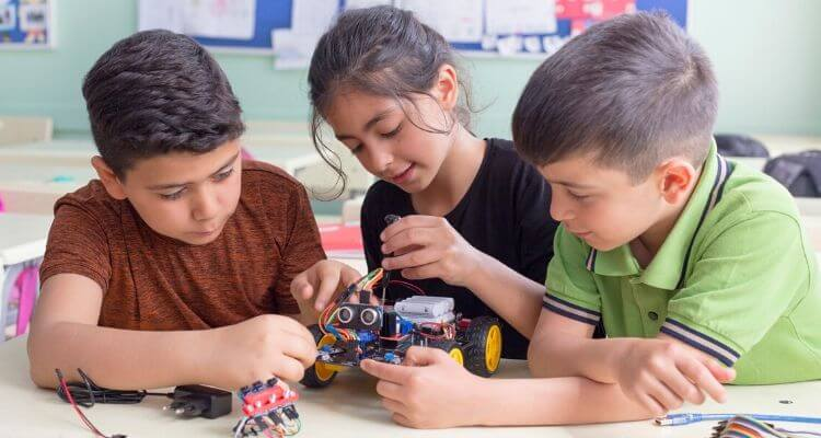 Kids doing robotics